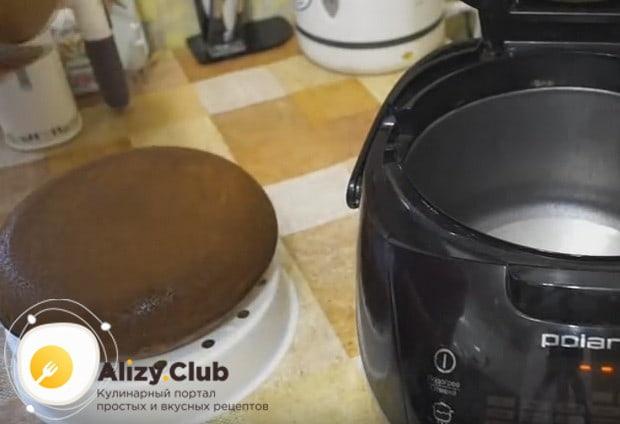 При помощи корзинки для готовки на пару извлекаем кекс из чаши мультиварки.