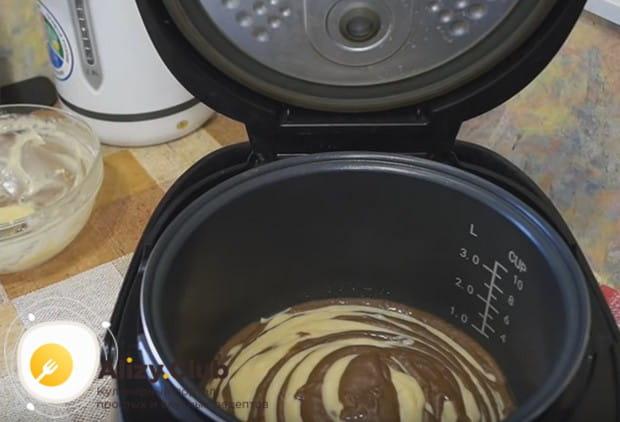По очереди выкладываем в чашу мультиварки шоколадное и белое тесто.