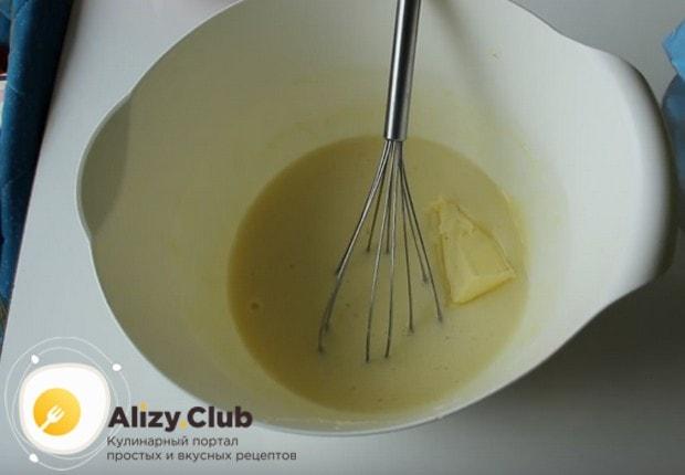 Выкладываем к жидким компонентам размягченное сливочное масло.