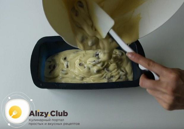 Перекладываем тесто в смазанную маслом форму.