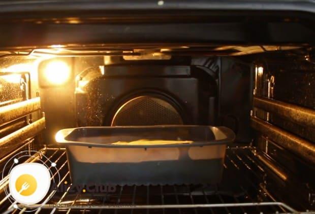 В духовке изделие будет выпекаться около 45-ти минут.
