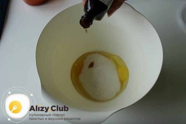 К яйцам добавляем сахар и ванильную эссенцию.