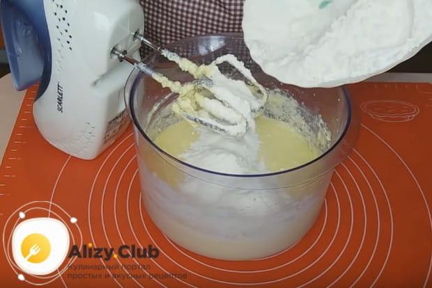 Добавляем муку в жидким ингредиентам и вымешиваем тесто до однородности.