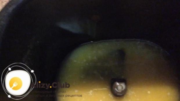 В чашу хлебопечки выливаем 150 г растопленного и охлажденного масла