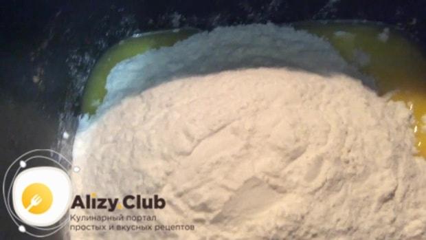 Всыпаем просеянные вместе с содой 200 г пшеничной муки