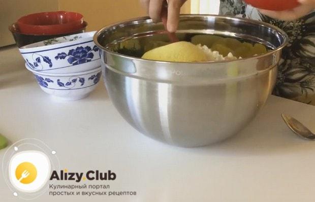 Соединяем все измельченные компоненты блюда в одной большой миске.