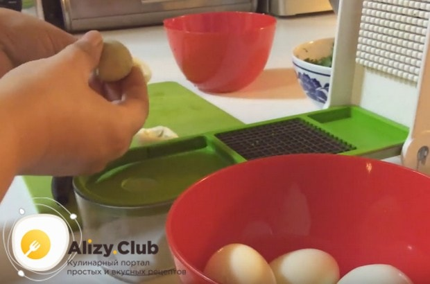 Вареные яйца делим на желтки и белки.