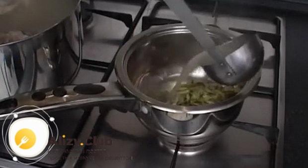 Для приготовления солянки из рыбы залейте огурцы бульоном.