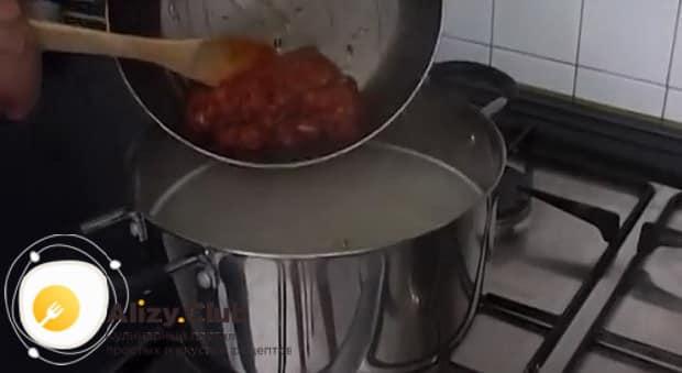 Для приготовления солянки из рыбы положите зажарку в бульон.