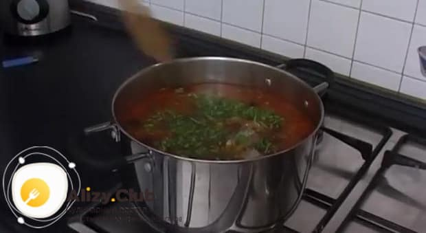 Для приготовления солянки из рыбы положите зелень.