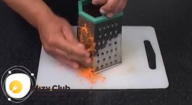 Для приготовления солянки из рыбы нарежьте морковь.