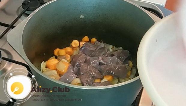 Для приготовления паштета из свиной печени в домашних условиях, добавьте печень.