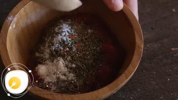 Соедините специи для приготовления лазаньи без мяса