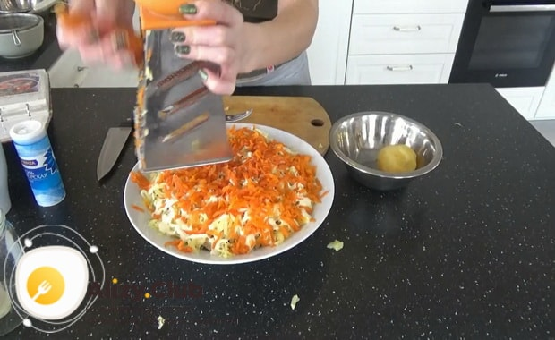 Для приготовления салата русская красавица, выложите слой моркови.