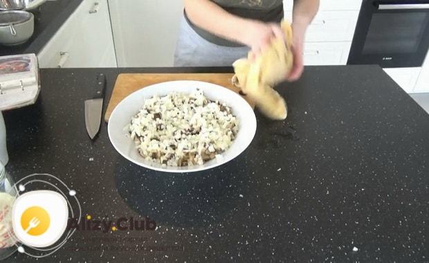 Для приготовления салата русская красавица, выложите слой яиц.