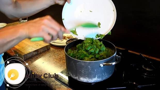 Для приготовления щавелевого супа по классическому рецепту, добавьте зелень в кастрюлю.