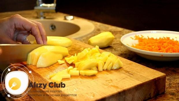 Для приготовления щавелевого супа по классическому рецепту, нарежьте картофель.