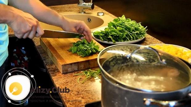 Для приготовления щавелевого супа по классическому рецепту, нарежьте зелень.