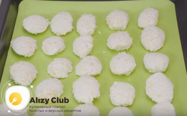 Формируем печенье из кокосовой стружки, как показано в нашем рецепте с фото.