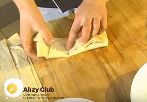 Формируем конвертики из лаваша с творогом и зеленью.