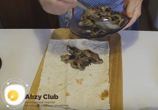 Приготовим лаваш с грибами и сыром в духовке.