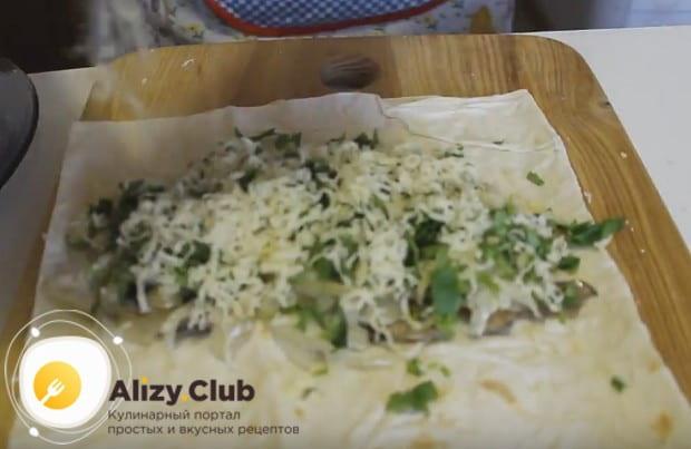 Посыпаем заготовку зеленью и сверху натираем твердый сыр.