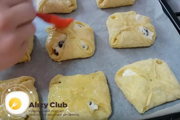 смазываем пирожки яичной смесью