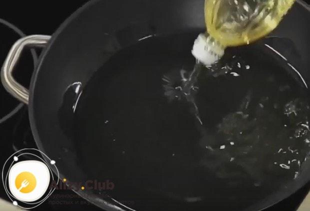 Раскаляем сковороду и наливаем на нее растительное масло.