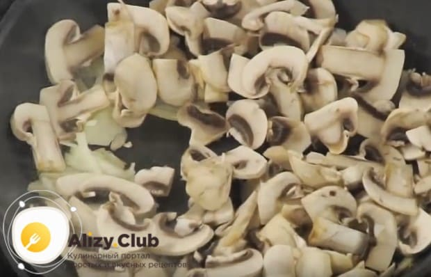 Через несколько минут добавляем к луку грибы.