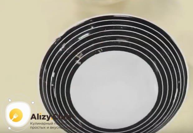 Подготовим тарелку с водой, чтобы обмакивать руки во время формирования котлет.