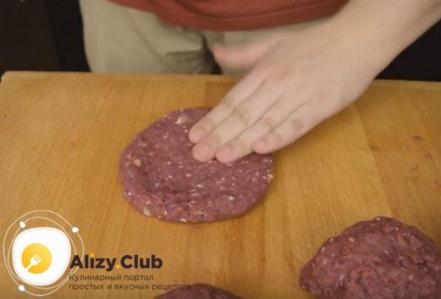 Посмотрите, как сделать котлету для бургера.