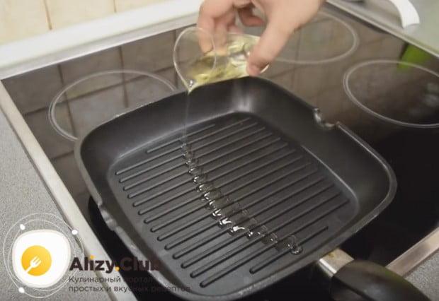 На сковороде наливаем немножко растительного масла и очень хорошо ее раскаляем.