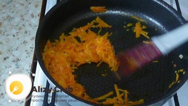Морковь натрите на средней терке