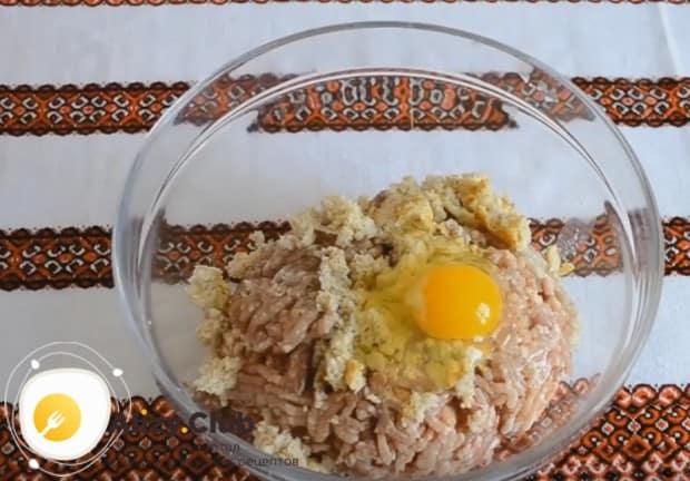 В этом простом рецепте котлет из фарша мы используем также одно яйцо.