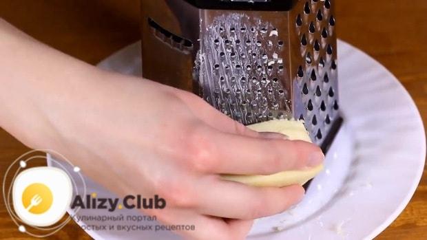90-100 г сыра измельчаем теркой