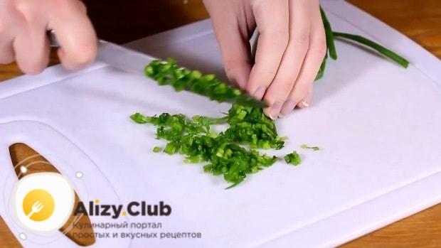 Зеленый лук режем совсем мелко