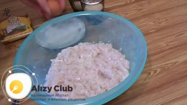 Пропускаем через мясорубку 1 кг очищенных и вымытых тушек кальмаров
