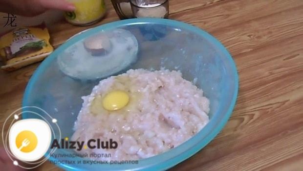 В миску с фаршем разбиваем 1 яйцо