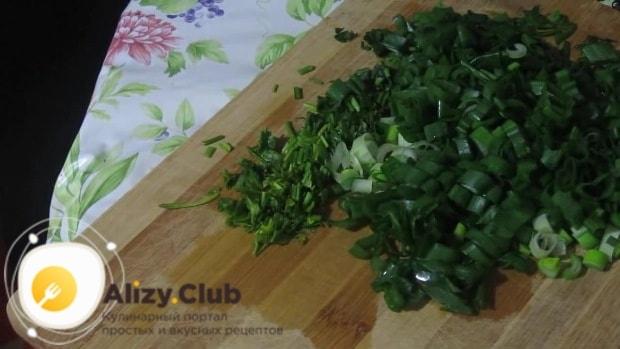 Измельчите зелень петрушки и перья лука
