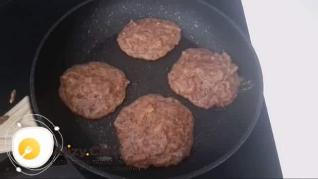 Для приготовления котлет из куриной печени обжарьте заготовки.