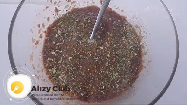 Для приготовления котлет из куриной печени добавьте в фарш специи.