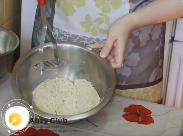 Чтобы приготовить диетические куриные котлеты, замачиваем в молоке белый хлеб.