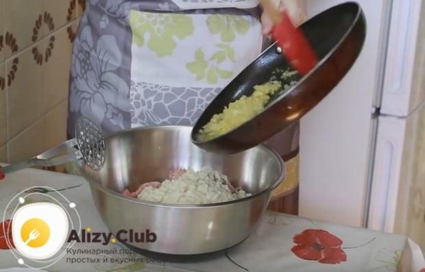 Добавляем лук, хлеб, яйцо к фаршу, солим и перчим заготовку для приготовления вкусных куриных котлет.
