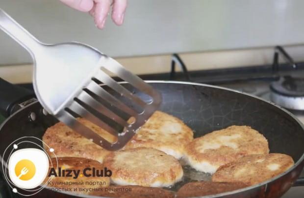 если не знаете, сколько жарить куриные котлеты, ориентируйтесь на появление аппетитной румяной корочки.