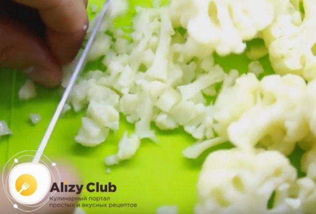 Отваренную капусту порезать на маленькие кусочки.