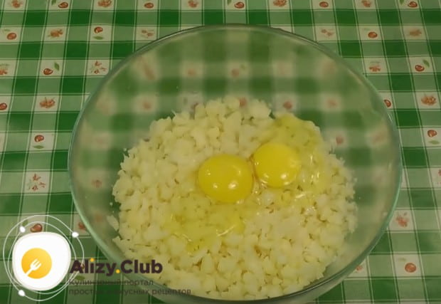 Добавляем в капустный фарш два яйца.
