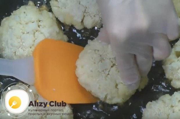 Выкладываем котлеты на раскаленную сковороду с подсолнечным маслом и обжариваем с обеих сторон.