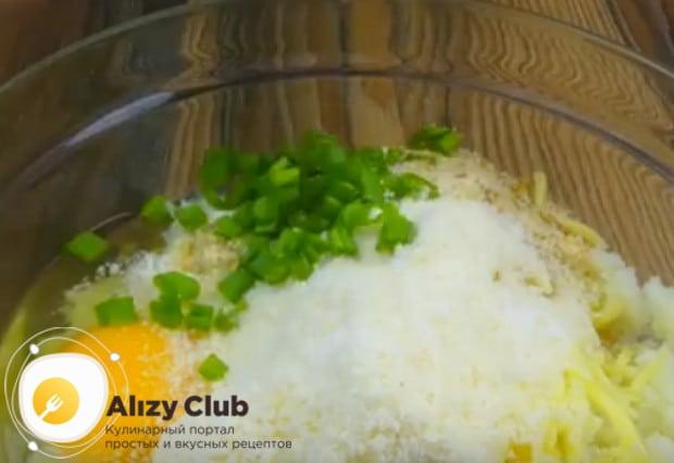 Добавляем в фарш яйцо и свежий зеленый лук.