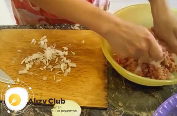 Перекладываем лук к измельченному куриному филе.