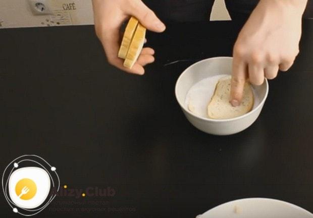 Для приготовления сырных котлет нам понадобится замоченный в молоке белый хлеб.